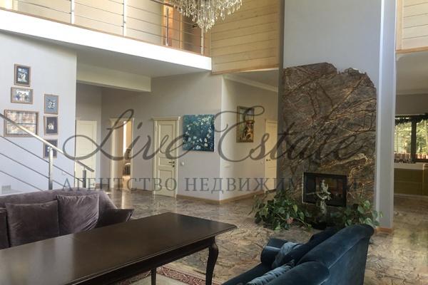 современный дом готовый к проживанию площадью 180 м2 в окружении леса. в доме прихо ...
